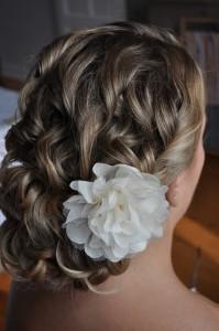 bruidskapsel met witte bloem