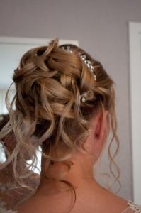 bruidskapsel opgestoken met accessoire